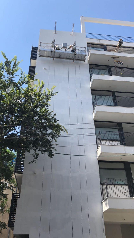 צביעת בניין בעזרת פיגום תלוי